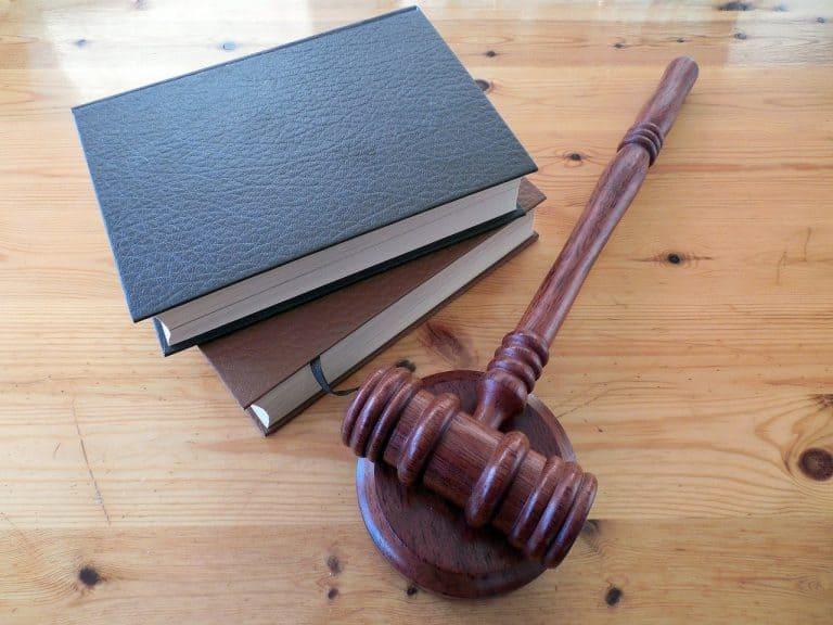 פטיש של בית המשפט ושני ספרים