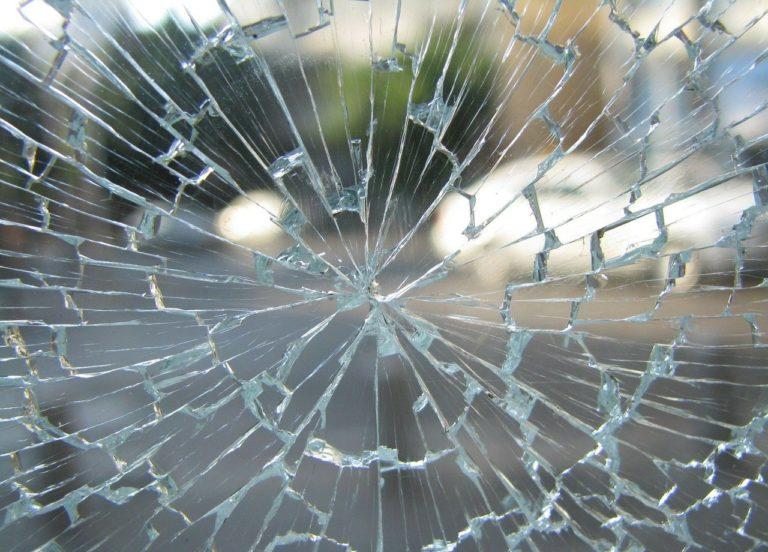 שמשה שבורה בתאונה