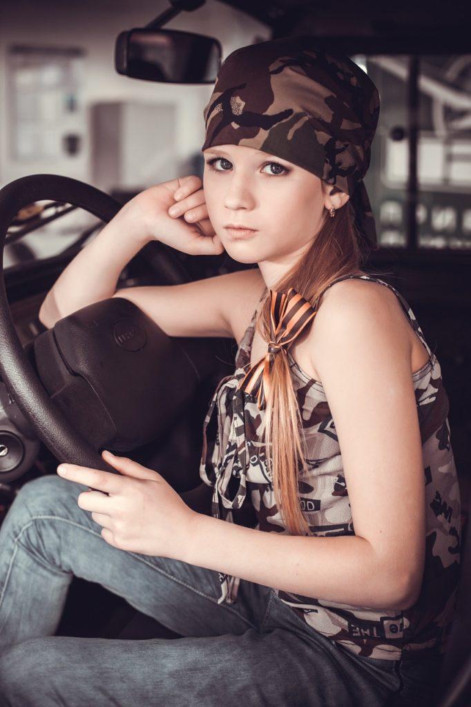 ילדה בתוך רכב