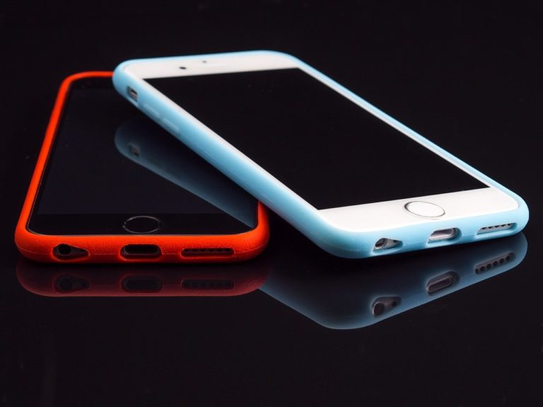 אייפונים בכיסויים צבעוניים