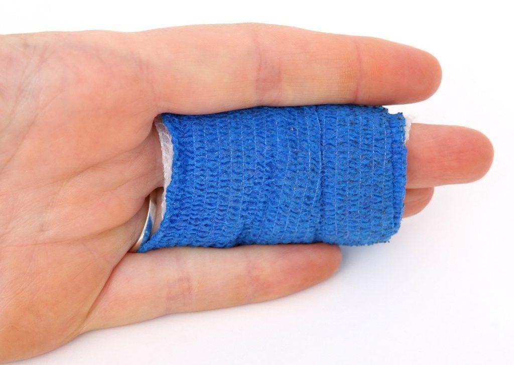 אצבעות עם תחבושת